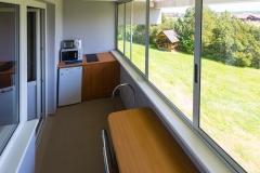 Trivietis kambarys su balkonu